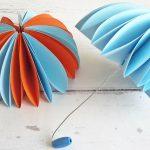Gyerekszoba dekoráció őszre: színes papír esernyők