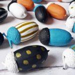 Bohókás dekoráció: színesre festett makkok