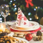 5 Festive Dinner Table Decorating Ideas For a Chic Holiday
