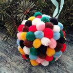 Színes puhaság: zsenília gömbök a karácsonyfán