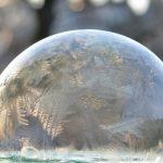 Téli jégvarázs: fagyott szappanbuborék