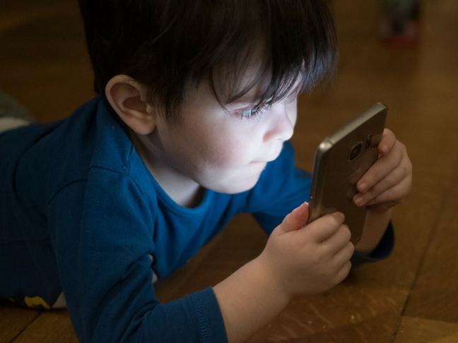 kid using smartphones