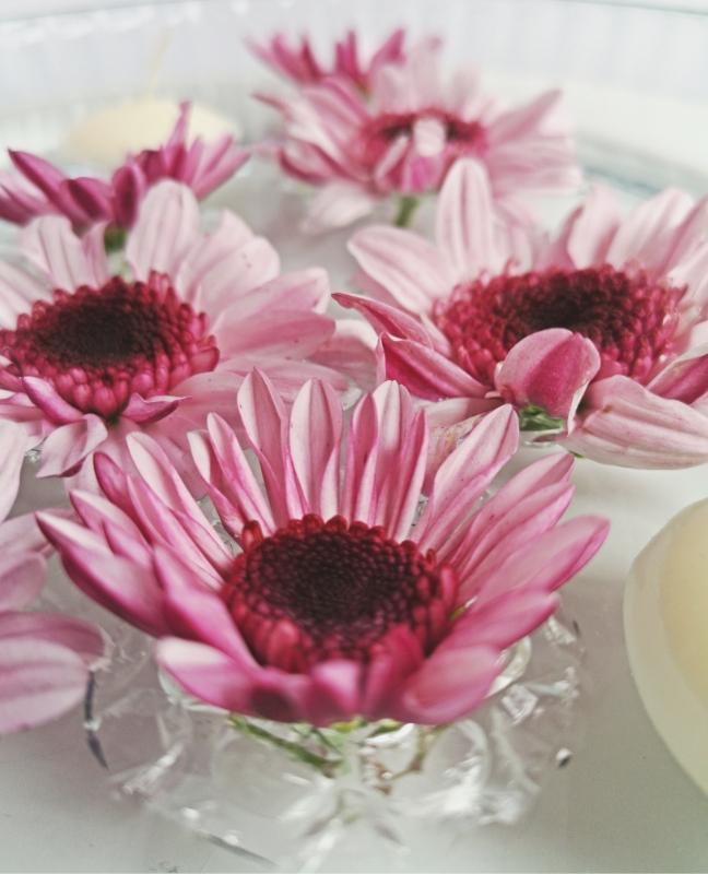 diy úszó tavaszi virágdekoráció