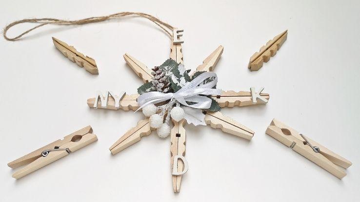 DIY ünnepi ajtódísz csipeszekből